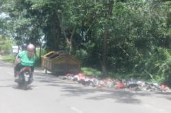 SAMPAH DI LUAR TPS : Sampah berserakan di luar bak kontainer di Jalan Pramuka Sampit. Meski sudah disediakan bak sampah, namun banyak warga membuang di luar, sehingga permasaahan sampah masih sulit teratasi.
