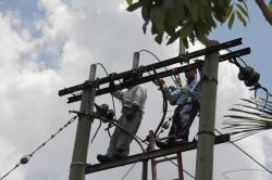PERBAIKI JARINGAN : Petugas PLN tengah melakukan perbaikan jaringan listrik.
