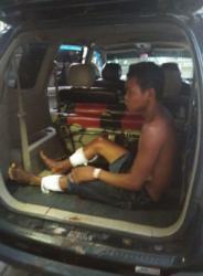 DIHADIAHI TIMAH PANAS: Seorang dari empat kawanan begal dibopong aparat kepolisian seusai menjalani perawatan di Rumah Sakit Bhayangkara, Palangka Raya, Rabu (1/4). Tersangka menjalani perawatan lantaran mendapat hadiah timah panas di kedua kakinya.