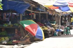 NUMPANG BERJUALAN : Pedagang Pasar Indra Sari yang terusir menumpang di emperan lapak pedagang lainnya, sementara ratusan pedagang lainnya harus mengemasi dagangannya, Rabu (1/4/2015).