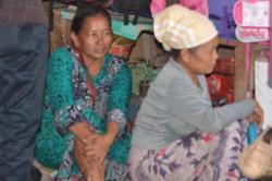 LESU: Rohayah, 43, (kanan) hanya bisa terduduk lesu di depan lapak dagangannya di Pasar Indra Sari, Pangkalan Bun, kemarin. Dirinya sudah tidak tahu lagi harus berjualan di mana untuk menyambung hidup setelah diusir Satpol PP.