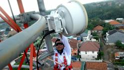 PASANG PIRANTI : Seorang pekerja serang memasang piranti pada sebuat tower seluler. Sementara itu Pemkab HSU bakal membuat Perda untuk mengatur keberadaan tower seluler.