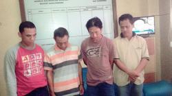 DIAMANKAN : Aparat Polresta Banjarbaru memperlihatkan Syarifudin bersama rekannya. Dia diamankan setelah pesta sabu, Rabu (1/4)