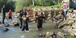 BANGUN IRIGASI : Anggota Koramil 13 Ajibarang bersama warga Dusun Kalikesik, Jawa Tengah membuat tanggul irigasi. Sementara itu Pemprov Kalsel juga akan melibatkan TNI untuk ikut membangun saluran irigasi.