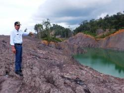 ABAIKAN REKLAMASI : Wakil Ketua II DPRD Barito Utara, Acep Tion menunjukkan galian tambang yang belum direklamasi oleh salah satu perusahaan yang beroperasi di kabupaten itu.