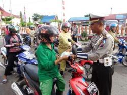 MEMERIKSA SURAT MOTOR : Anggota Satuan Lalu Lintas (Satlantas) Polres Kotim ketika memeriksa kelengkapan surat pengendara sepeda motor. Kesadaran warga bayar pajak motor di daerah itu meningkat.