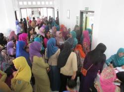 DETEKSI DINI : Sejumlah ibu rumah tangga menunggu antrean untuk pemeriksaan deteksi dini kanker serviks di RSUD Kuala Pembuang, Rabu (1/4)