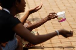 Ilustrasi: Pengemis di jalan meminta uang. Kota Buntok, Barito Selatan berkeliaran pengemis, yang meminta pekerjaan untuk biaya keperluan anak, sampai biaya pulang kampung. BORNEONEWS/DOK