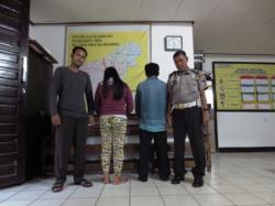 TERTUNDUK: Dua tersangka perselingkuhan Yantini (sweater) dan Imianto (jaket jins) digelandang ke Polsek Dusun Timur. Perselingkuhan mereka terbongkar setelah warga memergoki Imianto yang masuk rumah Yantini dengan cara mengendap-endap.
