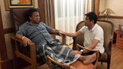 KUNJUNGI OSO: Pengusaha nasional Haji Abdul Rasyid (kanan) mengunjungi Wakil Ketua MPR RI Oesman Sapta Odang (OSO), yang menjalani perawatan di Rumah Sakit Mount Elizabeth Singapura, Sabtu (11/3/2015). Keduanya berdiskusi, antara lain membicarakan penanganan wilayah perbatasan, termasuk di Pulau Kalimantan.
