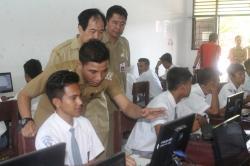 Ilustrasi: Bupati Kotim Supian Hadi didampingi Wakilnya M Taufiq Mukri dan Kepala Disdik Suparmadi berdiskusi dengan siswa usai mengisi soal UN secara online di SMKN 2 Sampit, Selasa (14/4/2016). BORNEONEWS/DOK