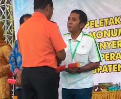 TERIMA PENGHARGAAN: Kepala Departemen Legal CBI Group, Yan Kristianto menerima penghargaan dari Kepala Basarnas, Marsekal FHB Soelistyo