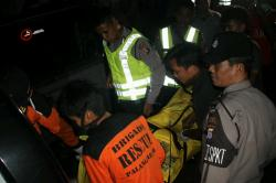 EVALKUASI: Sejumlah aparat kepolisian dan anggota Brigade Rescue mengevakuasi jasad Kurniadi ke dalam mobil ambulans untuk selanjutnya di bawa ke kamar mayat RSUD Doris Sylvanus Palangka Raya, Selasa (14/4) malam.