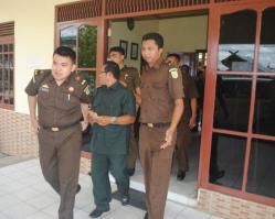 DITAHAN : Abdul Majid (Tengah) ,saat digiring petugas kejaksaan menuju Mobil untuk dititipkan ke Rutan Palangkaraya, Rabu (15/4/2015)