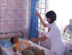 RAWAT PASIEN: Perawat RSUD dr Doris Sylvanus Palangka Raya tengah merawat pasien anak, beberapa waktu lalu. Belakangan ini, manajemen RSUD Doris tengah digoyang skandal korupsi proyek pengadaan alat CT Scan.