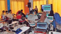 Pelajaran audio: Sebuah sesi Kelas Berbagi di Kantor Perpustakaan Kotawaringin Barat, sedang menyampaikan materi pengolahan suara secara digital, yang diikuti kalangan pelajar.