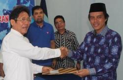DAFTAR CAGUB: Wakil Ketua Penjaringan Bakal Calon Kepala Daerah DPD Demokrat Kalteng, Bushanie, menerima berkas pendaftaran dari anggota Fraksi Nasdem DPR, Hamdhani, di Palangka Raya, Jumat (17/4/2015)