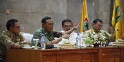 JADI PEMBICARA : Gubernur Kalsel Rudy Arifin menjadi salah pembicara dalam suatu dialog. Sementara itu dalam Muswil DPW PPP Kalsel, Aditya terpilih secara aklamasi menggantikan ayaknya Rudy Ariffin sebagai Ketua DPW PPP Kalsel periode 2015-2020