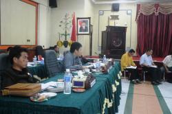 MEDIASI : Ketua DPRD Bartim Broelalano didampingi Wakil Ketua II Raran memfasilitasi proses mediasi antara perusahaan bersama masyarakat di aula dewan setempat, belum lama tadi.