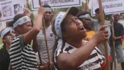 TUNTUT HAK : Puluhan pekerja PT ATA menggelar aksi damai di Palangka Raya beberapa waktu lalu. Mereka menuntut pesangon agar dibayarkan oleh PT ATA.