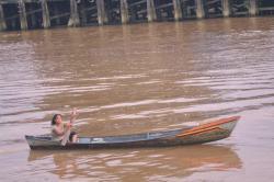 SUNGAI ARUT : Seorang warga sedang mendayung sampan menyeberangi Sungai Arut. Disbudpar Kobar memprakarsai pembentukan Forum Peduli Sungai Arut (FPSA) sebagai bentuk keprihatinan terhadap kerusakan lingkungan yang terjadi di sungai kebanggaan masyarakat Pangkalan Bun itu.