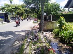 SAMPAH DI DRAINASE : Drainase di Jalan Suprapto Sampit tampak dipenuhi sampah, padahal berdekatan dengan TPS. Sampah-sampah yang menutupi drainase itu menjadi salah satu penyebab banjir di Sampit saat hujan turun.