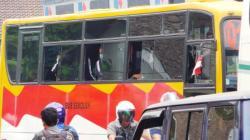 BUS SEKOLAH : Sejumlah pelajar tengah naik bus sekolah. Dishubkominfo berencana mengadakan Bus Trans Sampit yang akan diprioritaskan kegunaannya untuk mengangkut pelajar. Selain itu saat ini pemkab juga mengusulkan pengadaan bus ke pusat.