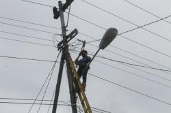 PERBAIKI JARINGAN LISTRIK : Petugas PLN Rayon Kuala Kurun ketika melakukan perbaikan jaringan listrik beberapa waktu lalu. Dalam beberapa hari terakhir wilayah Kuala Kurun dan Sekitarnya terjadi pemadaman listrik bergilir.
