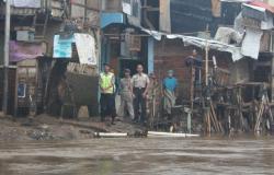 BERI PENYULUHAN: Satuan Polisi Perairan (Satpolair) Polresta Banjarmasin melakukan Pembinaan dan Penyuluhan Hukum (Binluhkum) terhadap para warga yang berada di bantaran sungai Banjarmasin, Jumat (17/4/2015)