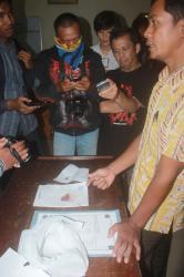 TEMUAN OROK : Kanit Reskrim Polsek Pahandut Ipda Jaka Waluya mewakili Kapolsek Kompol Mulkaifin, menunjukkan temuan orok yang ditemukan oleh dua siswa SMKN 1 Palangka Raya, Jumat (17/4/2015).