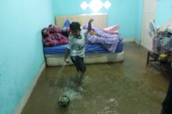 BERMAIN BOLA : Seorang anak asyik bermain bola di dalam rumah yang sedang dilanda banjir, beberapa waktu lalu di Kota Sampit, Kabupaten Kotawaringin Timur.