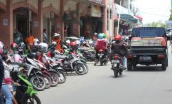 PARKIR PPM : Parkiran kendaraan bermotor di komplek Pusat Perbelanjaan Mentaya (PPM) Sampit. Saat ini, berbagai isu menerpa kawasan perbelanjaan yang selalu ramai dikunjungi tersebut.