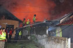 KEBAKARAN : Sejumlah anggota pemadam kebakaran tengah memadamkan api yang menghanuskan rumah di Jl Baamang I, beberapa waktu lalu. Kemarin, rumah sekretaris desa di Cempaga Hulu juga hangus terbakar.