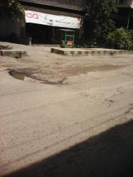 JALAN RUSAK: Nampak ruas Jalan Bendahara di Kecamatan Kumai, Kabupaten Kotawaringin Barat (Kobar) yang rusak, Rabu (8/4/2015). Kondisi ini dikeluhkan warga setempat. Warga berharap pemerintah daerah segera memperbaikinya.