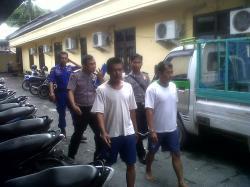 DIGELANDANG: Dua anak buah kapal (ABK) KM Kaligondang, Husein,41, dan Saplin, 39, digelandang ke ruang penyidik untuk menjalani pemeriksaan, beberapa waktu lalu.