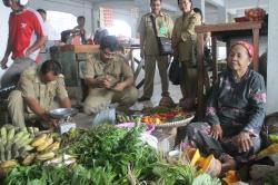 TERA ULANG: Petugas dari Dinas Koperasi, Perindustrian dan Perdagangan (Diskoperindag) sat menera ulang timbangan para pedagang, Jumat (24/4/2015)