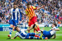 HINDARI TACKLE: Mega bintang Barcelona Lionel Messi (tengah) berusaha menghindari tackle dua pemain Espanyol Hector Moreno dan Cristhian Stuani pada putaran pertama La Liga Spanyol, tahun lalu. Sabtu (25/4) malam, El Barca dan Espanyol akan kembali bertemu dalam lanjutan kompetisi La Liga pekan ke-33.