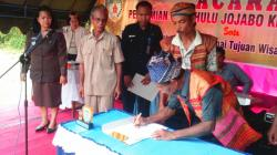 TOKOH ADAT : Para tokoh adat menandatangani peresmian Delang sebagai kecamatan tujuan wisata.