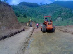 JALAN DESA : Alat berat milik Dinas PU Kabupaten Temanggung, Jawa Tengah sedang mengerjakan jalan antar desa di daerah tersebut. Sementara itu, di Kabupaten Kobar, pembangunan jalan yang menghubungkan Desa Natai Raya-Pangkalan Satu tertunda karena masalah lahan.