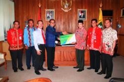BECAK PERTAMA : Wakil Bupati Kotim M Taufiq Mukri menerima kartu tanda peserta keanggotaan BPJS salah seorang pegawai dari Kepala Cabang BPJS Sampit Rotulus di ruang kerjanya, Kamis (23/4) malam.