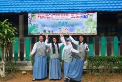 Siswa SMKN 1 Muara Teweh di depan spanduk peringatan Hari Bumi Borneonews dan Palangka Post, Senin (27/4/2015). Disdik Barut melaksanakan sosialisasi visitasi akreditasi sekolah SD/MI, SMP/MTs, SMA/MA/SMK 2017.