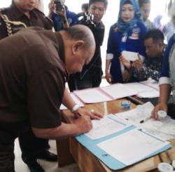 MENDAFTAR : Kepala Kejati Kalsel Pudji Basuki Setijono mendaftar menjadi peserta tes urine yang digelar BNN, Kamis (30/4)