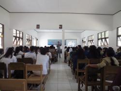 SOSIALISASI BAHAYA NARKOBA : Kasi Intel Kejari Tamiang Layang Arief Zein saat menyampaikan materi dalam sosialisasi bahaya penggunaan narkoba ke siswa SMA.
