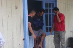 DIBORGOL : Tangan Briptu Suryo diborgol saat ditangkap di rumah kontrakannya, Jumat (6/3)