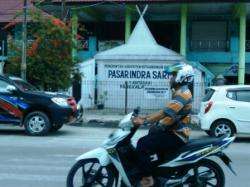 Pasar Indra Sari Pangkalan Bun, Kotawaringin Barat. Pemkab Kobar menempelkan larangan berdagang bagi pedagang non lapak di papan nama Pasar Indra Sari. Belakangan pedagang direlokasi ke lapangan sepak bola Kelurahan Baru.