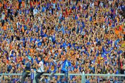 ATRAKTIF: Suporter Arema memberikan dukungan kepada kesebelasan Arema Cronus, beberapa waktu lalu. Dengan dihentikannya kompetisi, para suporter sepakbola kini harus mengurungkan niat berangkat ke stadion mendukung tim kesayangan.