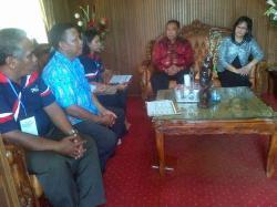 DIKUNJUNGI PETUGAS: Sekretaris Daerah (Sekda) Lamandau, Arifin LP Umbing, didampingi istri menerima kunjungan petugas Badan Pemberdayaan Perempuan, Perlindungan Anak dan Keluarga Berencana (BP3AKB) Lamandau, Kamis (30/4/2015) lalu.