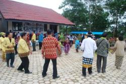 TARI MANASAI : Para undangan, murid, dan guru SDN 1 Sikui, yang hadir pada peringatan Hari Kartini dan Hari Bumi menari Manasai bersama di halaman SDN 1 Sikui, Kamis (30/4/2015).