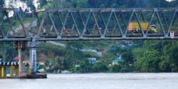 JEMBATAN HASAN BASRI : Sejumlah kendaraan melintas di Jembatan Hasan Basri yang merupakan jalur penghubung kota Muara Teweh menuju Banjarmasin, Minggu (3/5/2015). Meski tiang penyangga jembatan peyot akibat ditabrak tongkang, jembatan itu masih aman untuk dilintasi kendaraan.