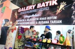 STAN BATIK KOTIM : Suasana stan galeri batik Kotim di Sampit Expo 2015 yang disinggahi para pengunjung, Sabtu (2/5/2015). Selama pameran berlangsung, banyak warga dari luar daerah berminat membeli batik khas Kotim tersebut.